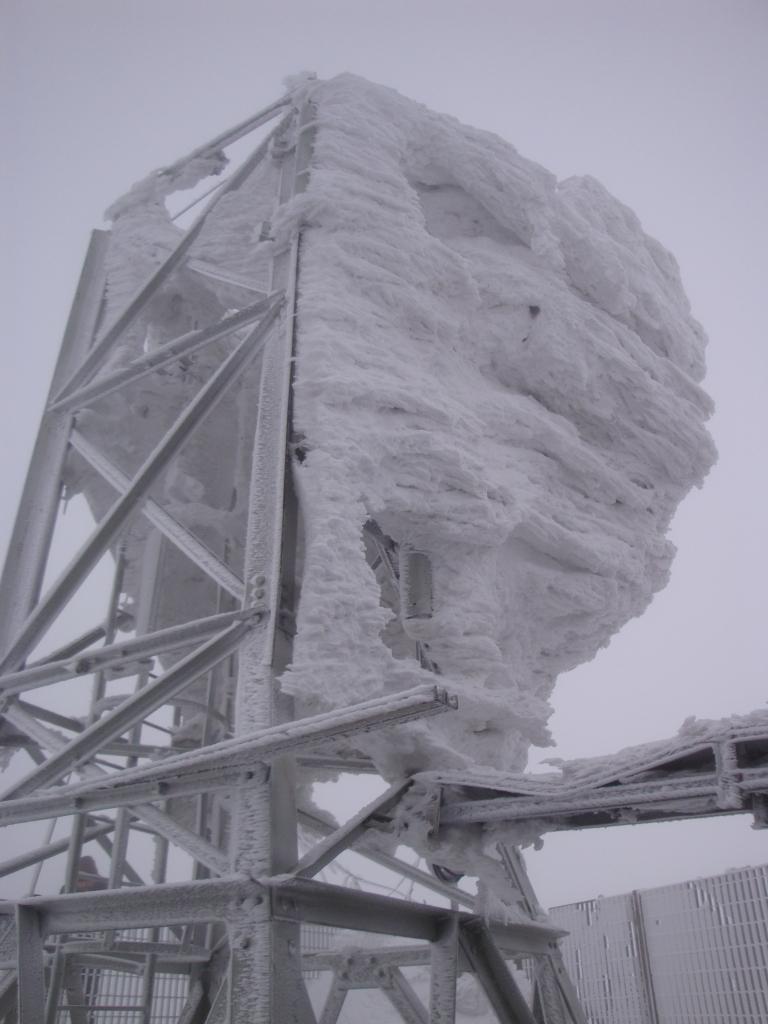 Non ho parole...Stazione meteo e pannello Wi-Fi sono sotto quell'amasso di neve.